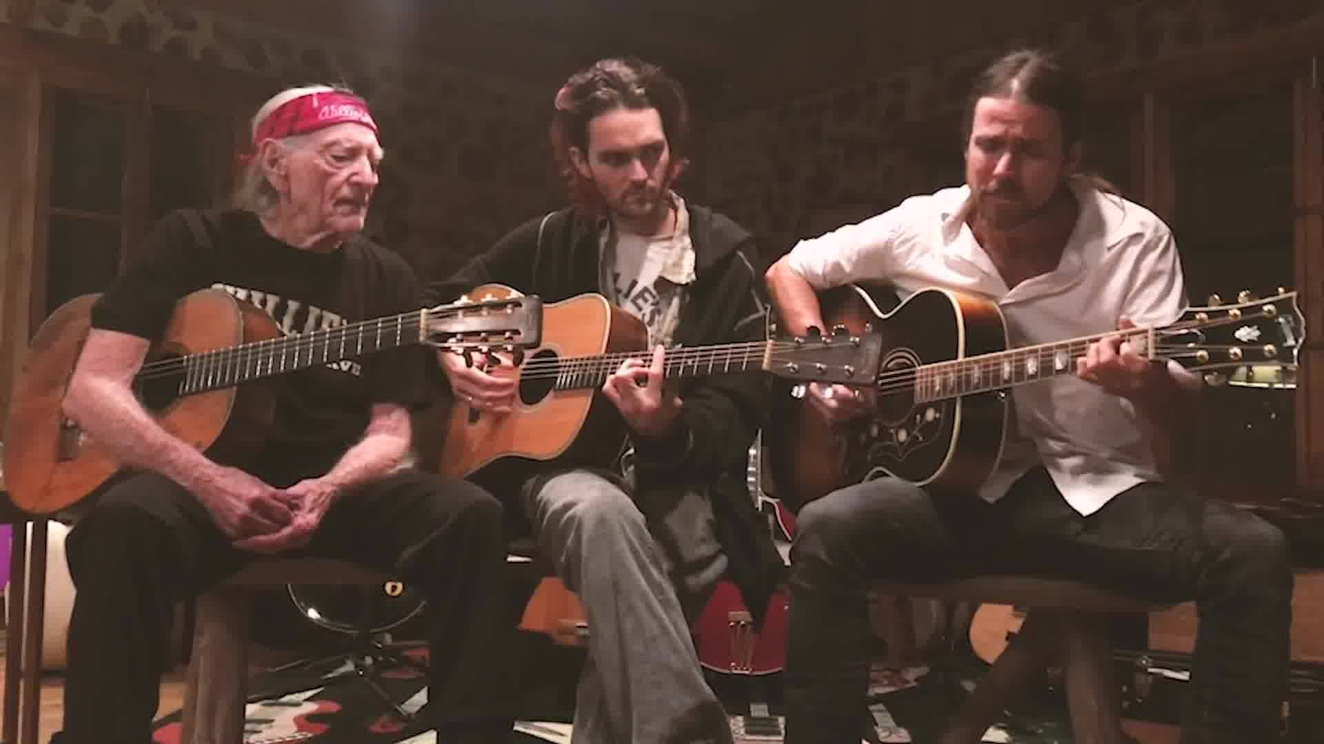 Watch Lukas Nelson, Willie Nelson & Micah Nelson - Turn Off The News And Build a Garden